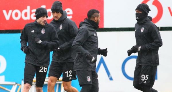 Beşiktaş, sağanak yağmur altında çalıştı