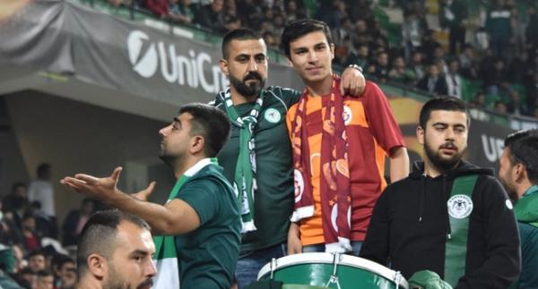 Saldırıya uğrayan taraftar, Galatasaray formasıyla tribünde