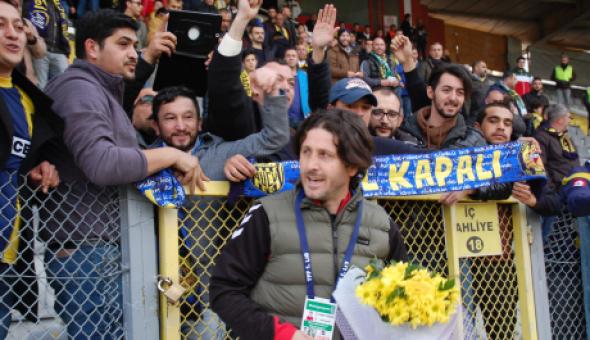 Fatih Tekke'ye Ankaragücü taraftarından çiçek...