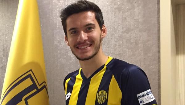 Umut Nayir, Beşiktaş ile el sıkıştı..