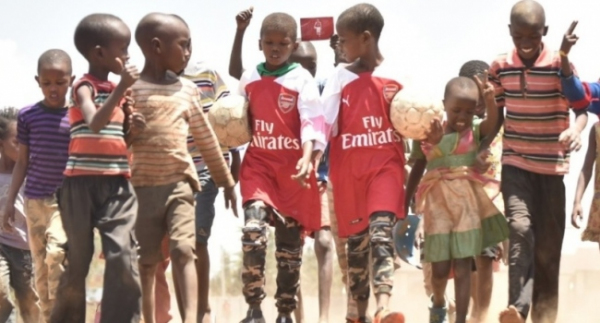 Mesut Özil çocukları sevindirdi