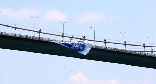 Anadolu Efes bayrağı köprüye asıldı