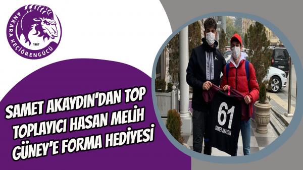 Samet Akaydın'dan top toplayıcı Hasan Melih Güney'e forma hediyesi